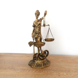 statueta de bronz zeita justitiei
