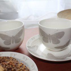 cesti de cafea cu fluturi