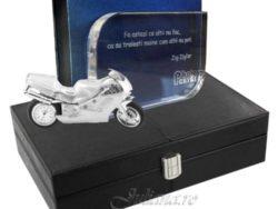 Trofeu de cristal gravat cu mesaj motivational motocicleta ceas de birou in miniatura si cutie de ceasuri din piele neagra.