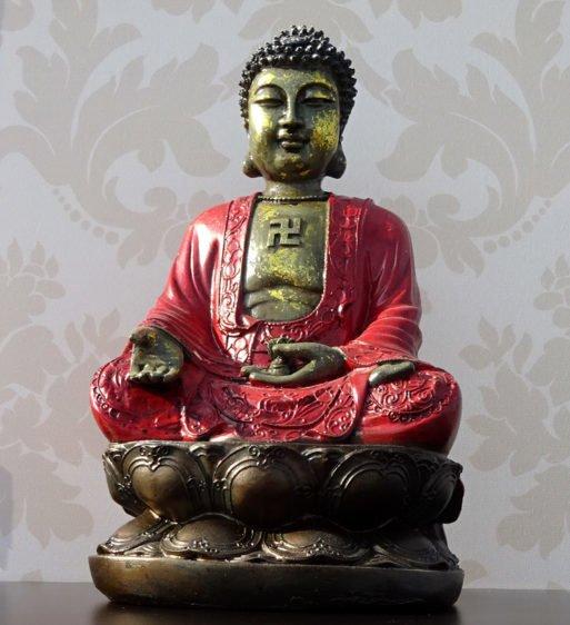 Buddha cu mantie rosie