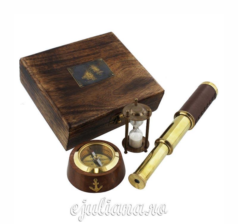 Idei cadouri barbati cutie de lemn cu busola clepsidra si ochian