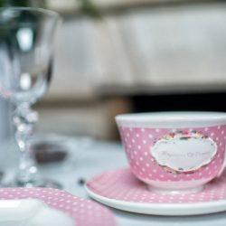 Cesti de cafea roz cu buline