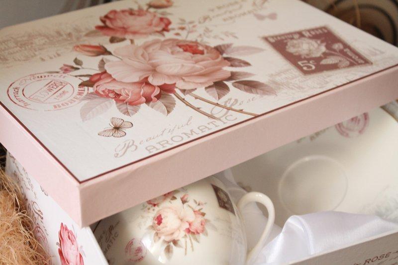 Cesti de cafea cu trandafiri vintage