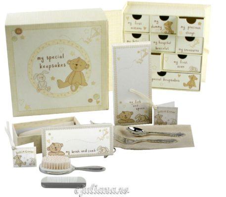 Cadou pentru bebelusi caseta amintiri perie pieptan tacamuri Button Corner by Juliana