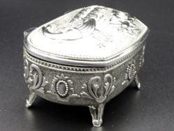 Caseta argintata cu paun