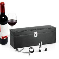 Cutie cu accesorii pentru sticla de vin piele neagra Cutie cu accesorii pentru sticla de vin, piele neagra cu cusatura in contrast, idei de cadouri pentru barbati, cu ocazia zilei de nastere, onomastice, craciun, pasti etc.