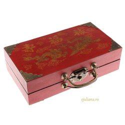 Sah antichizat cutie cu sertare, joc de sah in cutie decorata in stil oriental, imbracata in piele invechita si piese facute din polirasini cu aspect de piatra invechita.