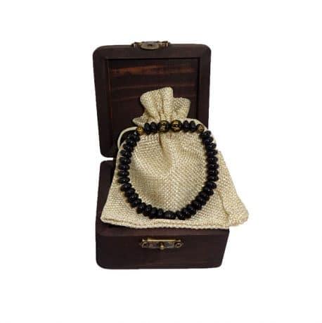 Bratara cu onix negru si margelute de obsidian negru, decorat cu mantre si banuti.